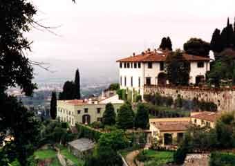 Hotels villas houses and apartments to for Casa classica villa medici