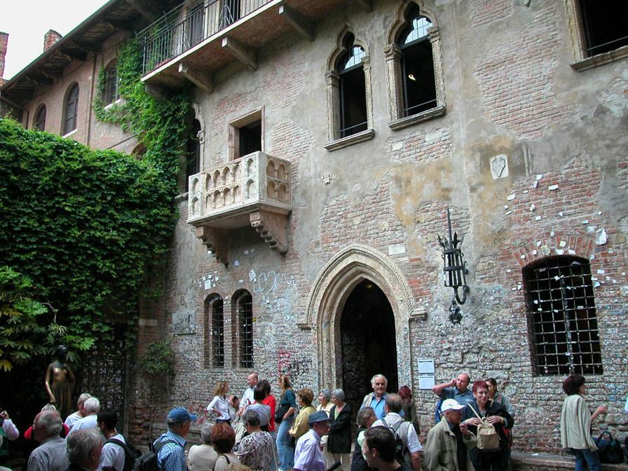 Juliet's Balcony House statue Verona