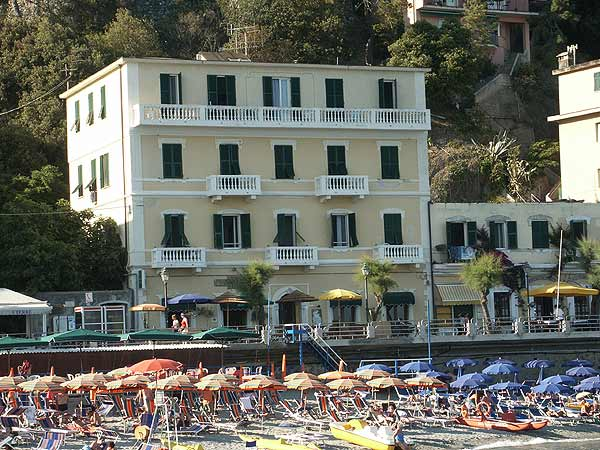 Welcome to the hotel la baia monterosso for Hotels 5 terres italie