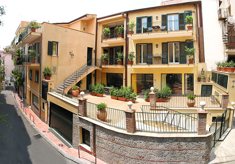 VisitsItaly.com - Sicily - Places to stay in Taormina